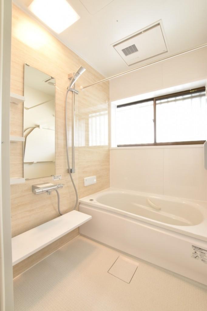 踏み心地が柔らかい床材がポイント!浴室洗面所トイレ・エコキュート・キッチン工事!