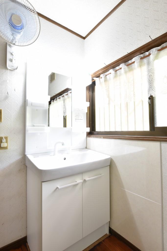 洗面化粧台取替えのみで部屋が明るくなりました