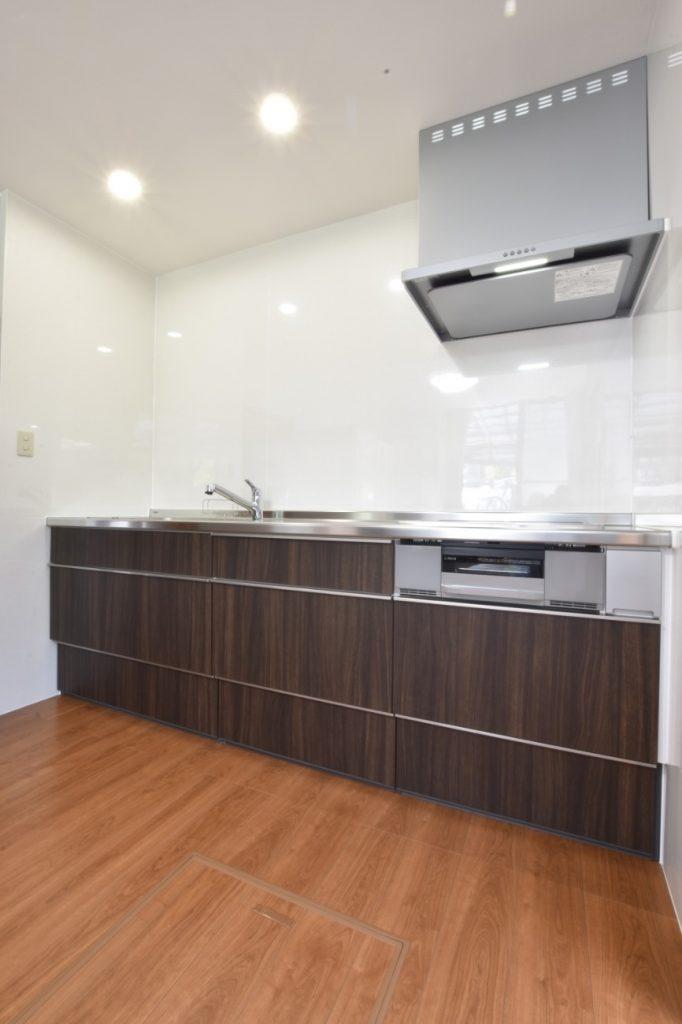 カッコイイ木目柄のキッチン&可愛い木目柄の壁紙!キッチンリフォーム工事