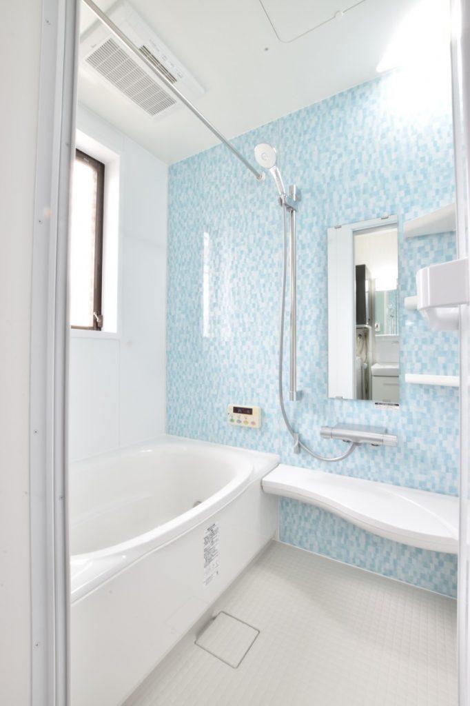 モザイクアクアのパネルが爽やか!浴室洗面所玄関リフォーム工事!